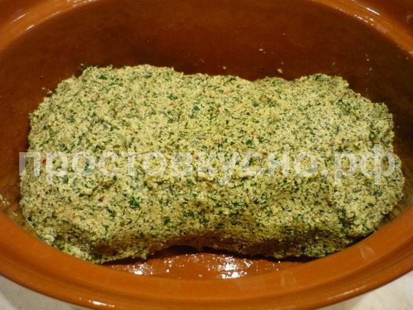 Мясо выложить в фольгу и обмазать со всех сторон ореховой кашицей. Плотно завернуть мясо в фольгу и запекать при температуре 190-200 градусов около 1,5 часов. Я положил в керамическую форму и накрыл фольгой, в конце запекания фольгу снял.
