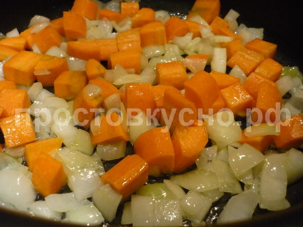 Сначала обжариваем лук и морковь.