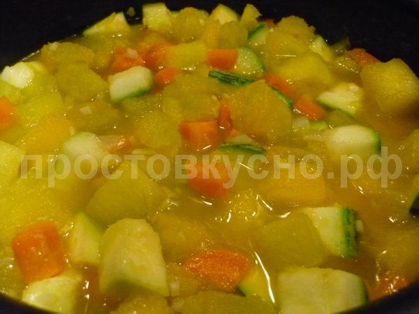 Вливаем бульон, тушим овощи до готовности (я добавил просто воду).