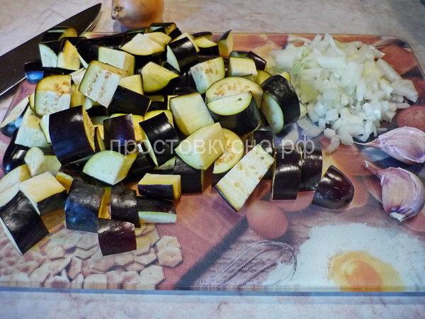 Баклажаны и лук режем кубиками.