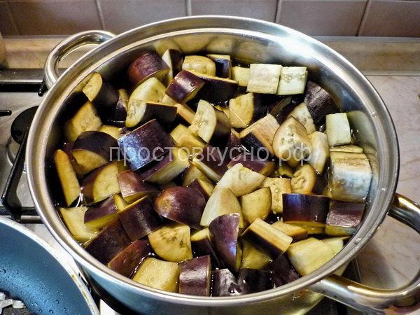 Кто не любит горечь, могут замочить баклажаны минут на 20-30 в холодной воде.