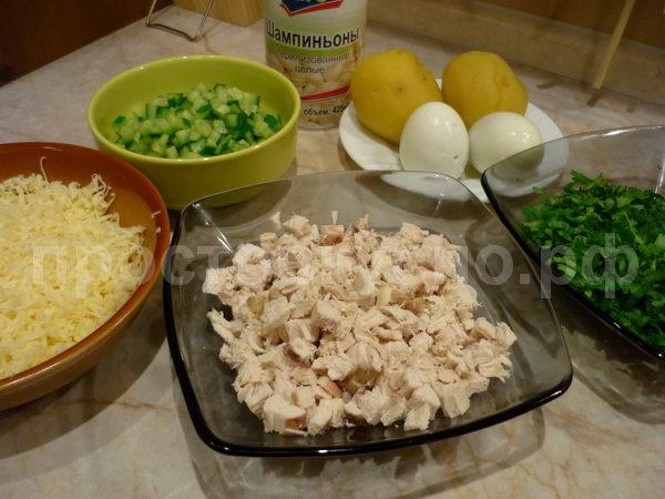 Первым делом отвариваем овощи и яйцо. Затем все режем кубиками. Сыр, яйцо и картофель трем на терке.