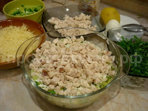 Затем слой куриной грудки и майонез.