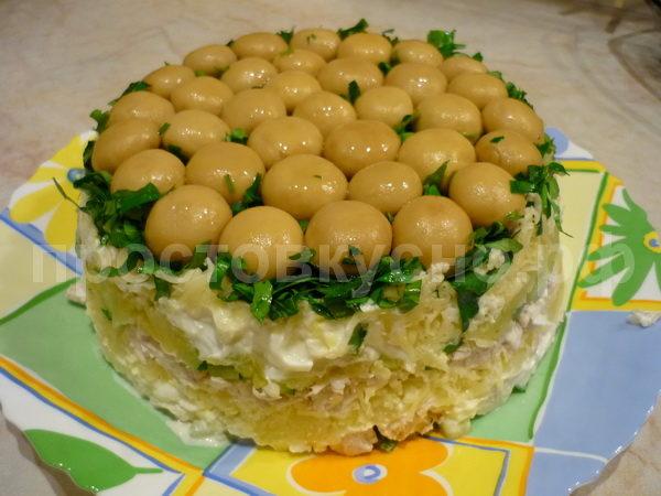 Перед подачей на стол салатник накрываем тарелкой и переворачиваем.
