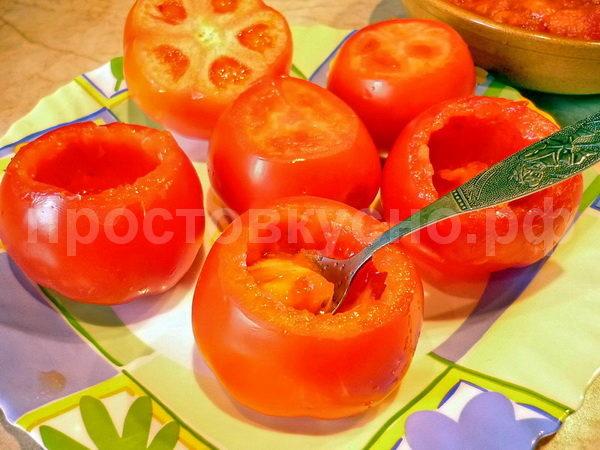 """Пока фарш тушится, моем помидоры, срезаем у них """"жопки"""". Аккуратно чайной ложечкой убираем мякоть помидора. Салфеткой промакиваем внутренность томата."""