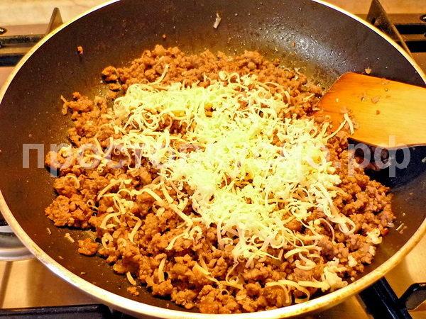 Добавляем фарш, тушим до полуготовности, приправляем сухим базиликом, орегано, розмарином, сыром.
