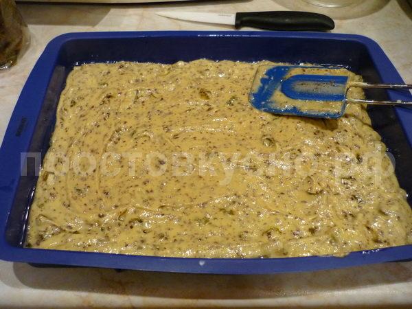 Выложить тесто в форму (вот он случай, обновить новую силиконовую форму), равномерно распределить слоем в 1 см и выпечь в духовке при температуре 180 градусов в течение 30-40 минут.