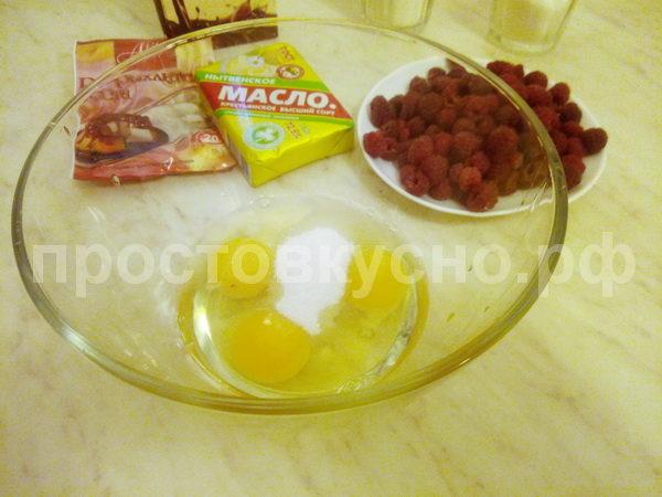 Взбиваем в пену 3 яйца и полстакана сахара.