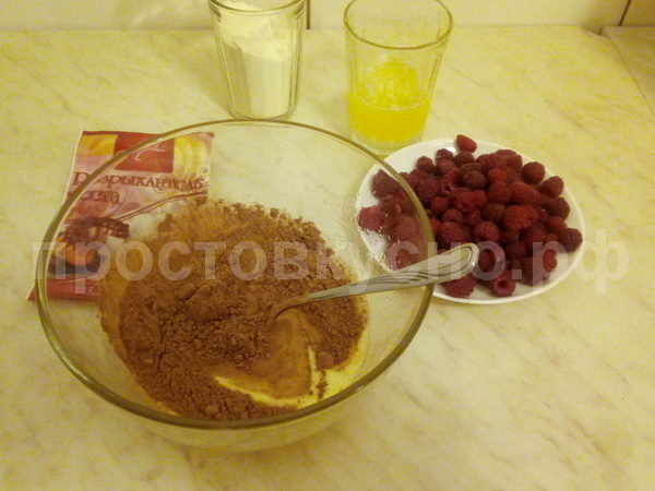 Добавляем 2 ст.л. какао-порошка, щепотку соли и 100гр растопленного сливочного масла (30 секунд при полной мощности микроволновки). Взбиваем еще раз.