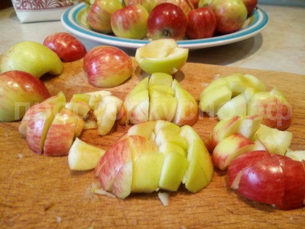 Почистив кожуру буквально у двух  яблок, понял что это на долго, а времени особо у меня нет. Принял решение кожуру не чистить.