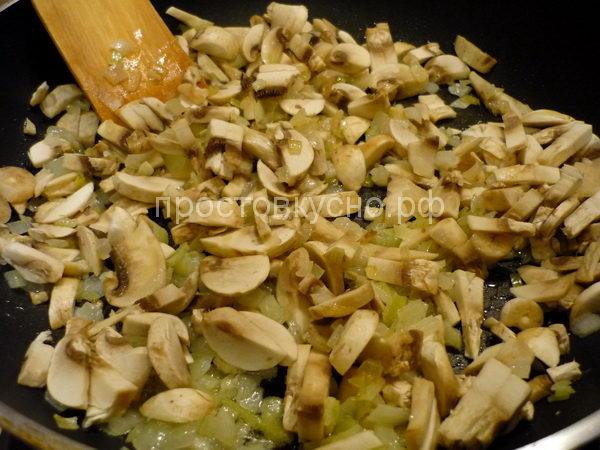 Лук и грибы нарезаем и обжариваем на сливочном масле. Снимаем с огня и немного остужаем.  Добавляем мелко нарубленное яйцо и измельченную зелень. Солим.