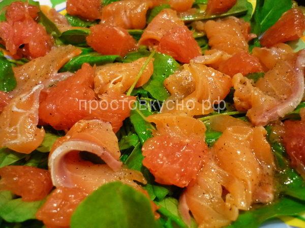 Салат с красной рыбой и рукколой