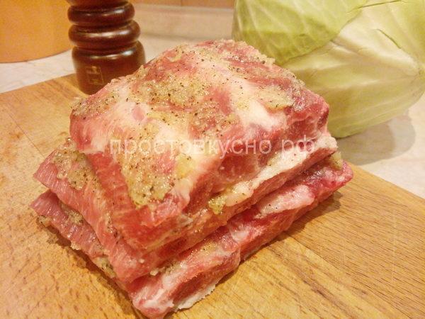 Мясо обмазываем маринадом и оставляем мариноваться на час.