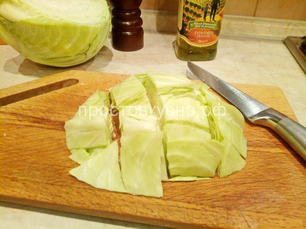 В это время режем капусту на крупные квадраты или как вам нравится.