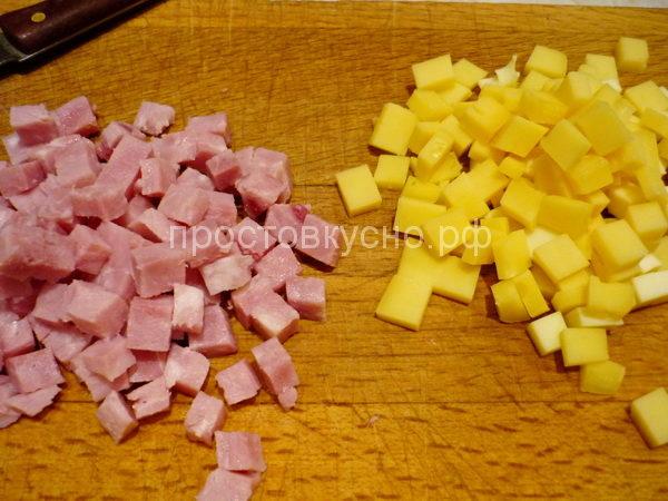 Сыр и ветчину порезать небольшими кубиками.
