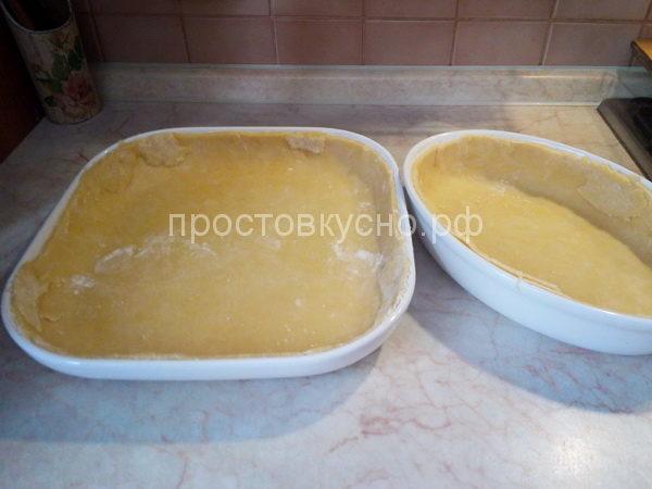 Тесто раскатываем примерно 0,5 см. Форму смазываем маслом, присыпаем слегка мукой или используем пергамент для выпечки. Тесто распределяем по форме формируя бортики.