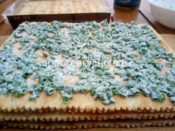 Зеленый лук порезать, соединить с майонезом. Выложить на третий корж.