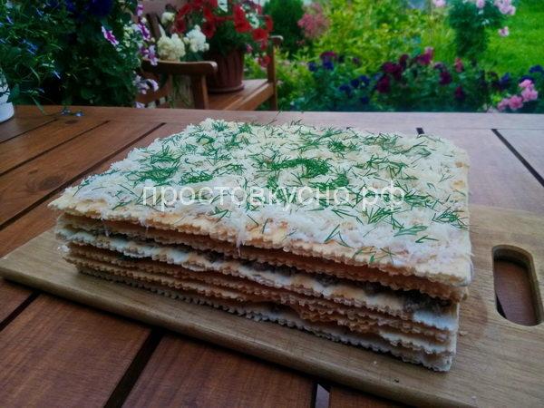 На лук положить четвертый корж. Промазать майонезом, натереть сыр и украсить мелко порезанным укропом.