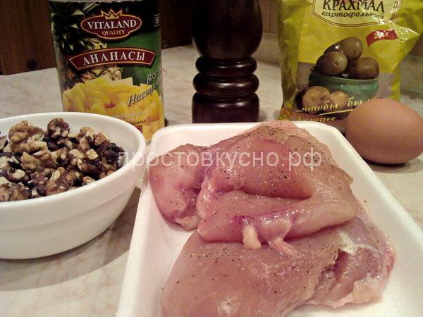 Куриные грудки вымыть, удалить кожу и кость. В каждой грудке сделать небольшим острым ножом глубокий кармашек. Натереть грудки солью и перцем.