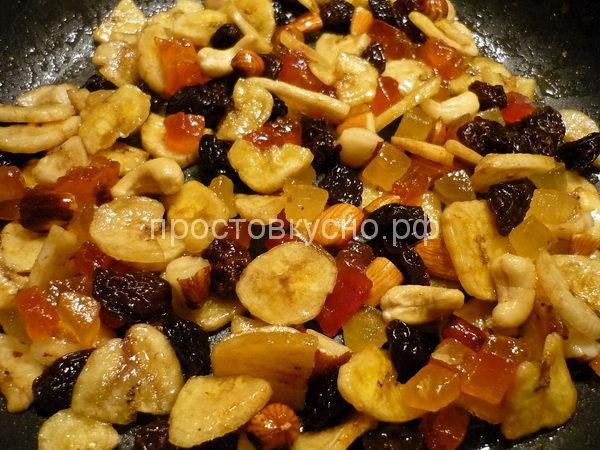 Горячие дольки достать на тарелку, чтобы они остыли, а на сковородку выложите сухофрукты в ликере и прогреть, пока ликер не испарится. Остудить.