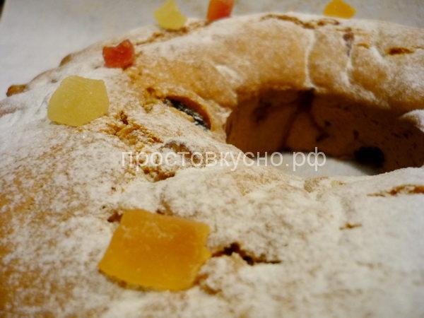 Горячий кекс посыпьте сахарной пудрой. Украсьте цукатами. <br>Приятного аппетита!