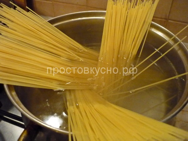 Спагетти отвариваем в подсоленной воде до состояния альденте.