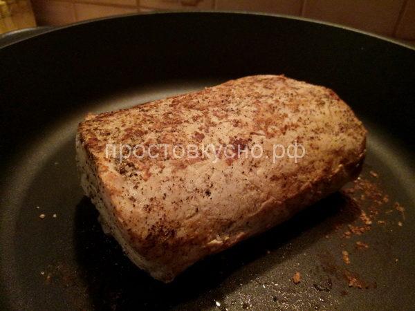 Мясо обжариваем на сухой сковороде со всех сторон.