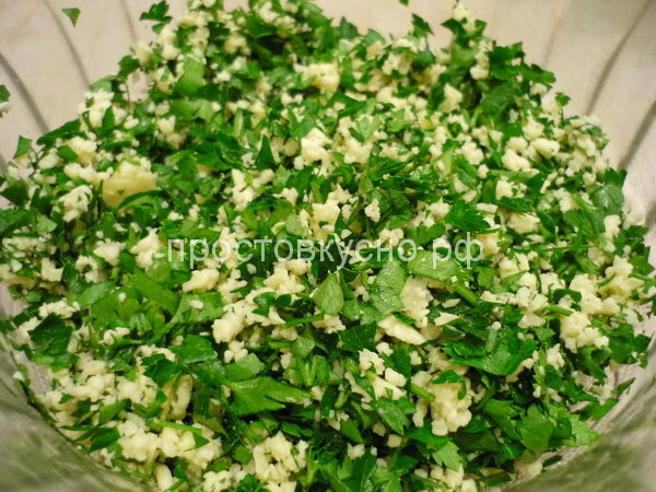 Готовим начинку. Зелень режем мелко, чеснок трем на терке, брынзу режем мелко или трем на терке.