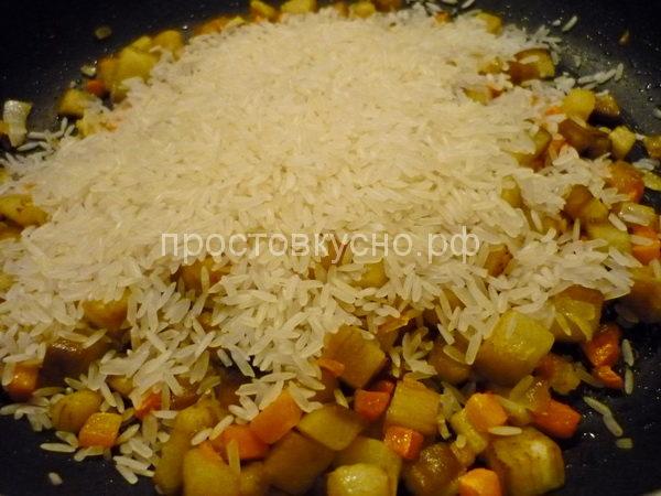К овощам добавляем рис.