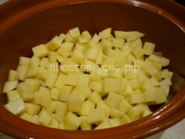 На мясо выложить картофель.