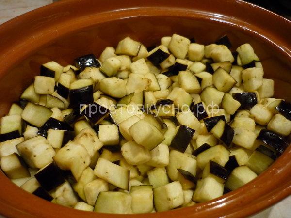 На картофель выложить баклажаны.