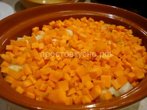 На лук выложить морковь.