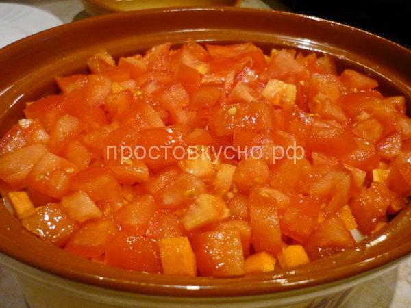 На морковь выложить половину помидоров, немного посолить, поперчить.