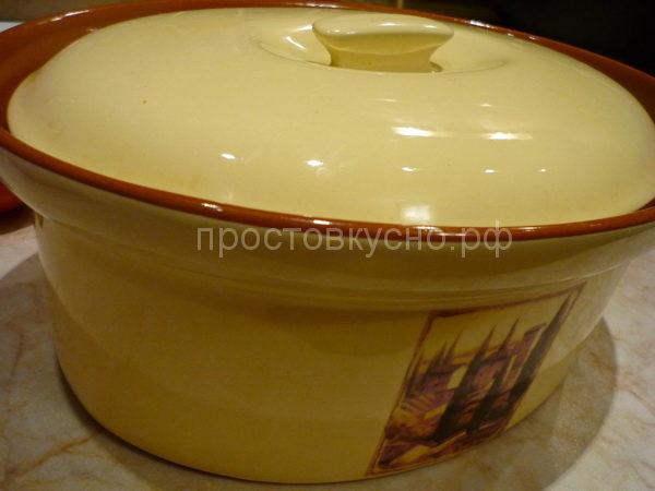 Если Вы хотите сделать блюдо с бульоном, добавьте немного воды или бульона. Поставить форму в духовку.
