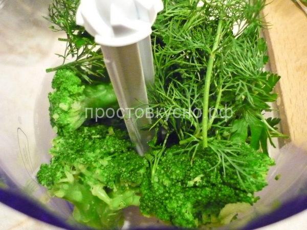 Зелень и брокколи помещаем в блендер. Можно добавить лук.