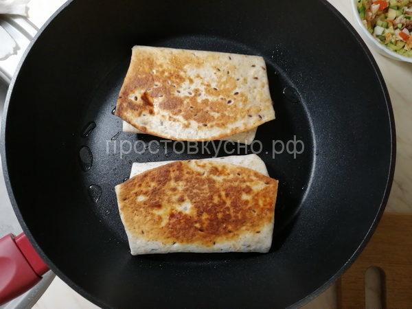 Обжариваем на сковородке с обеих сторон.  <br>Если у вас поблизости есть мангал с раскаленными углями положите тортилью на решетку это добавит вам дополнительный аромат и вкус.
