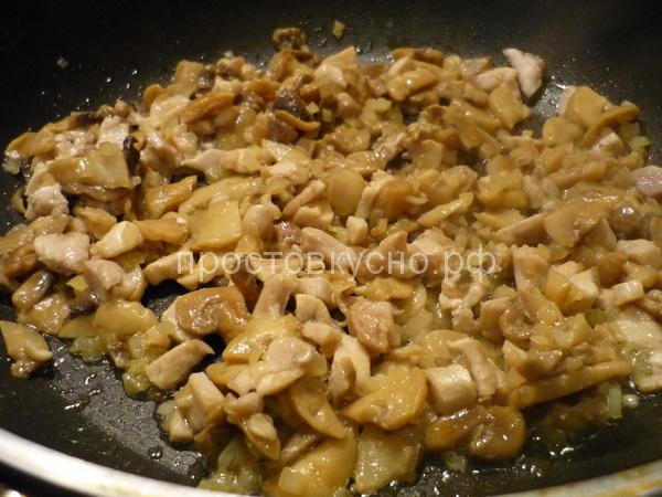 Смешиваем филе с грибами.
