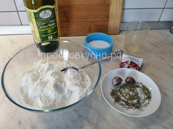 """Дрожжи добавляем в муку даем время """"подружиться"""" им, минут 20. Далее добавляем соль, сахар и ледяную воду. Замешиваем тесто, в конце добавляем оливковое масло, еще раз вымешиваем."""