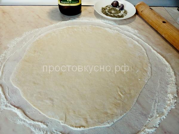 Раскатываем тесто как можно тоньше. Получается лепешка в диаметре примерно 30 см, как раз как большой противень в духовке.