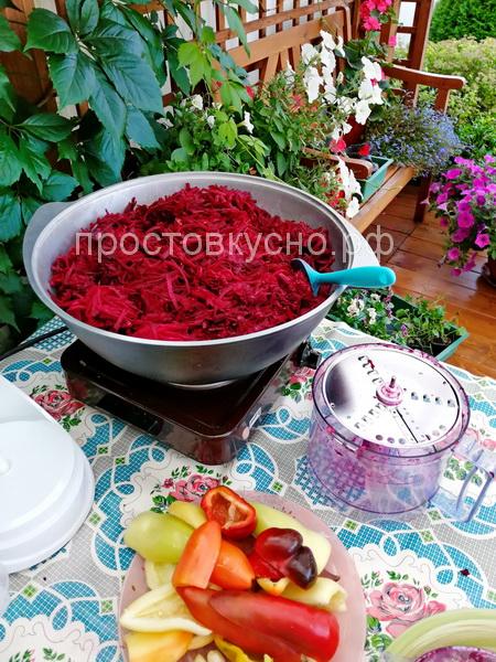 Свеклу, морковь, лук, болгарский перец натереть на терке или нашинковать комбайном.
