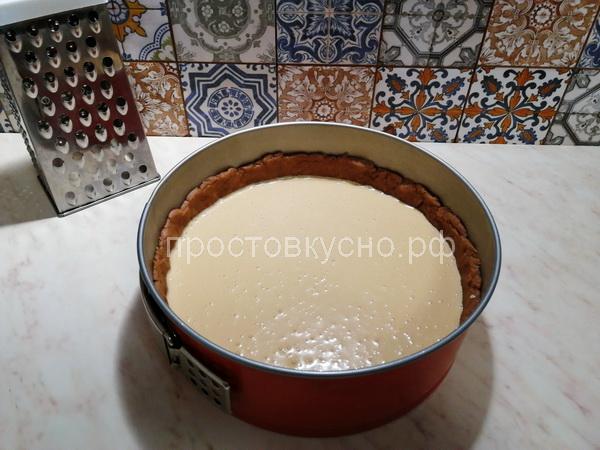 Выливаем начинку на тесто.