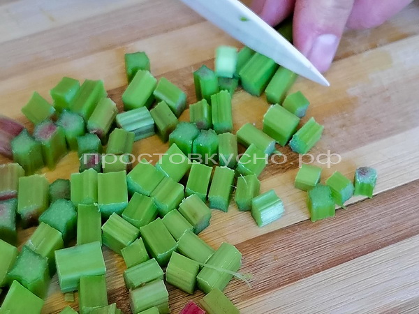 Ревень моем и режем кубиками.