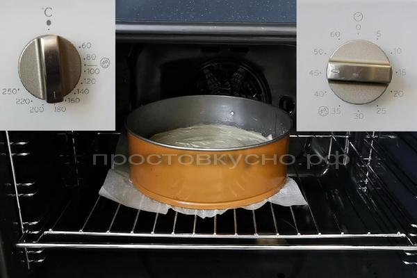 На ревень выкладываем тесто. Ставим в разогретую до 180 гр. духовку на 45-50 мин. Готовность не забываем проверять спичкой или зубочисткой.