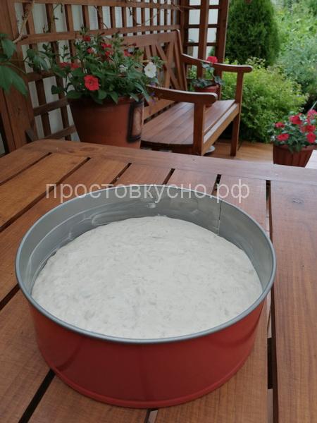 По количеству получившейся массы форма должна быть в диаметре не менее 22 см. Так же можно запеканку можно приготовить порционно, в маленьких формочках.