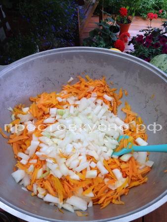 Добавляем к морковке, обжариваем еще мин 10-15